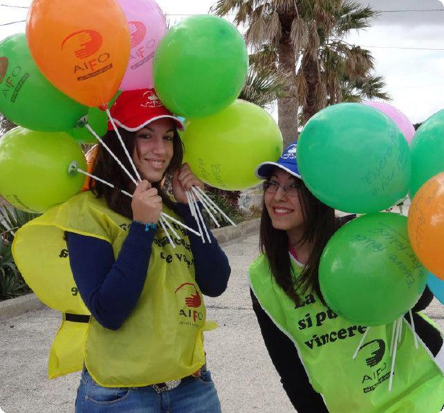 """Foto di copertina sezione """"eventi"""" con 2 ragazze volontarie aifo"""