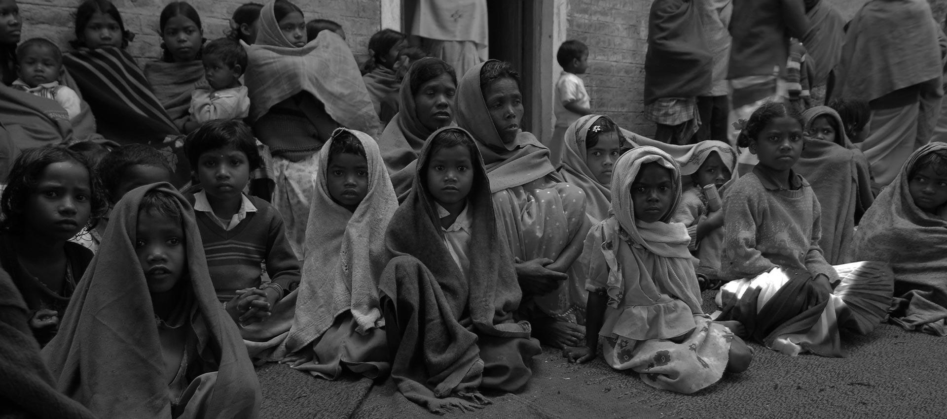 immagine di copertina con bambini con sciarpe che guardano in camera. Foto in bianco e nero di Marcello Carrozzo