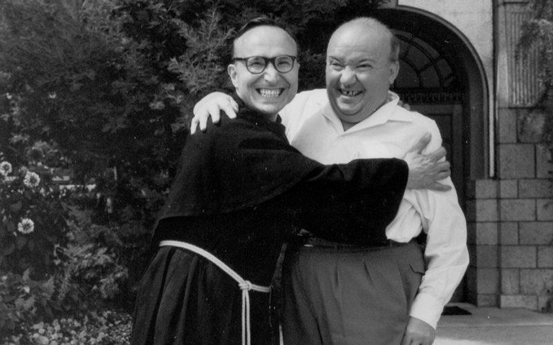 Raoul Follereau abbraccia il frate missionario