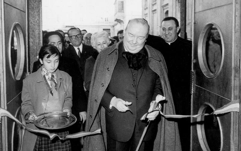 Raoul Follereau taglia un nastro di inaugurazione