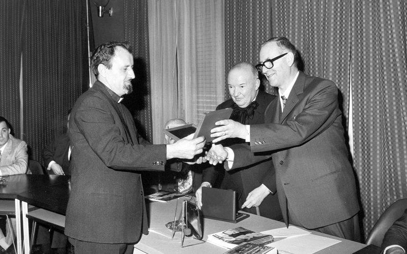 Raoul Follereau riceve una medaglia
