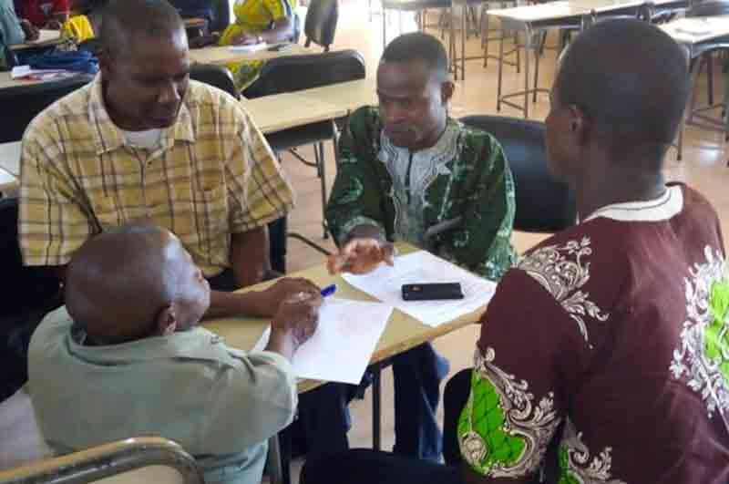Persone riunite a scuola nel progetto Disabilità e Start-up