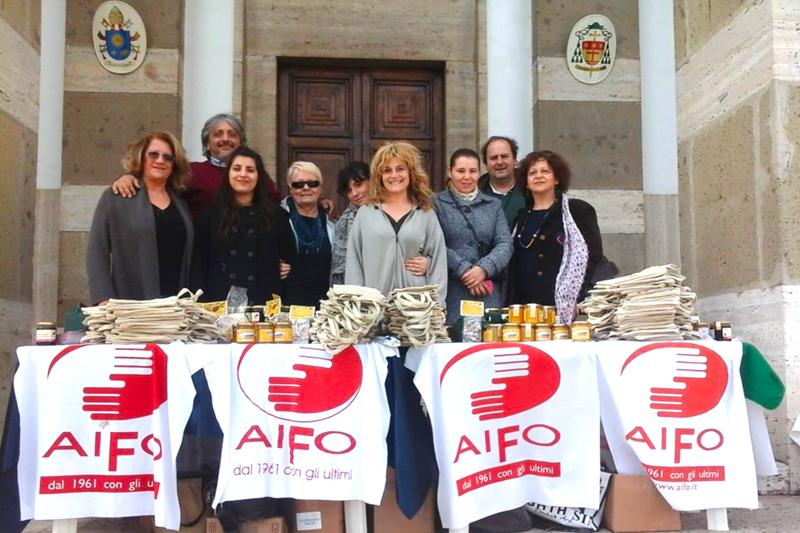 Volontari AIFO con il banchetto