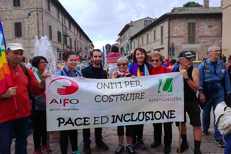 Volontari AIFO con striscione: Uniti per costruire pace ed inclusione