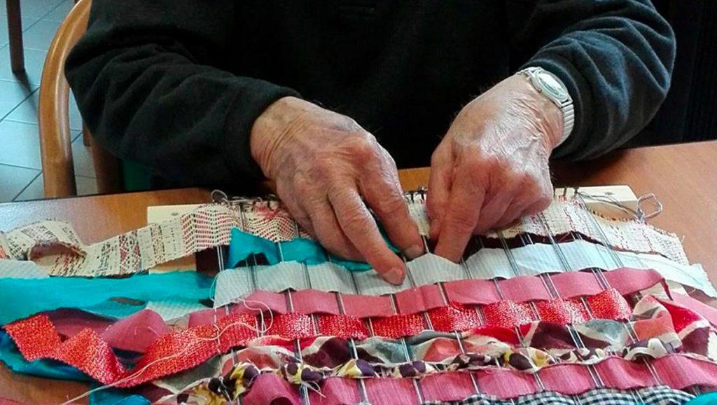 Laboratorio manuale, foto di mani che lavorano tessuti