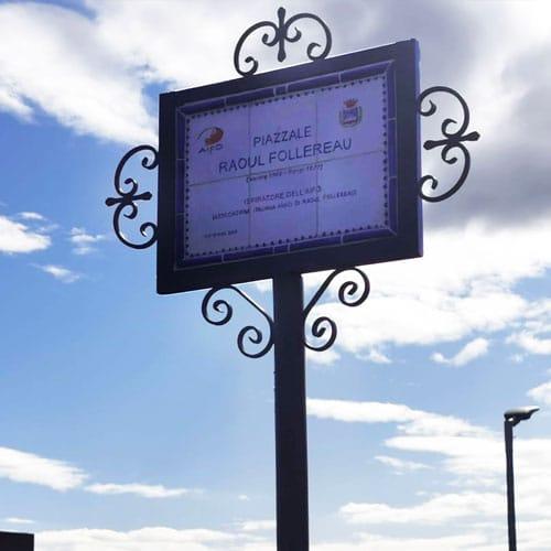 Foto della targa del piazzale dedicato a Raoul Follereau