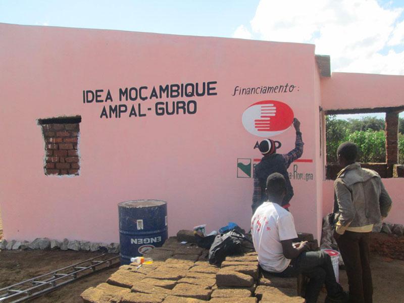 Volontari che disegnano il logo AIFO nel progetto Benessere
