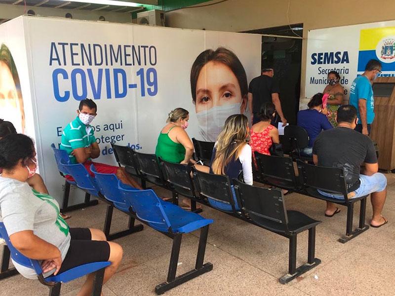 Persone in attesa di essere visitate durante la pandemia
