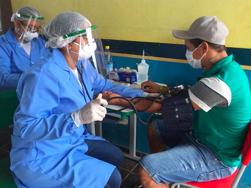 Infermieri e volontari eseguono esami e test sulle persone per verificare lo stato di salute ed eventuale contagio Covid
