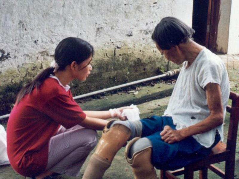 Volontaria che aiuta gli anziani nel progetto di Handa