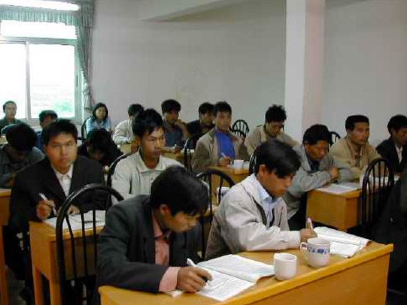 Persone che studiano nel progetto di Handa