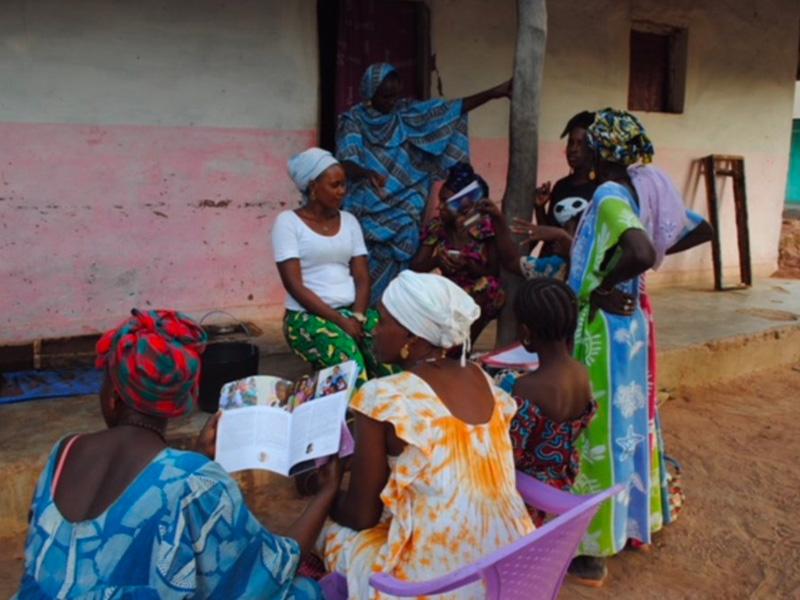 Donne che leggono nel progetto a Kuida