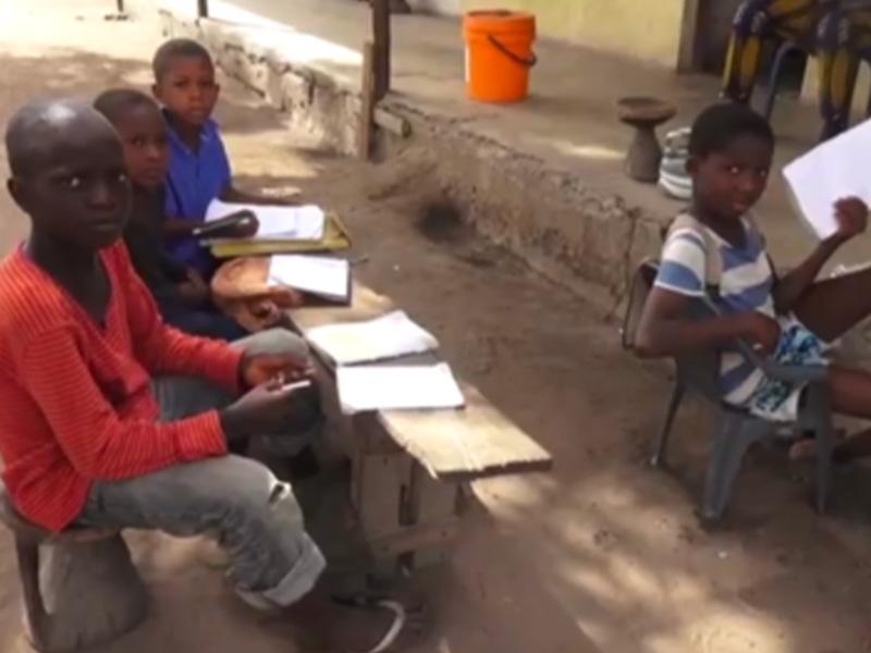 Bambini che studiano nel progetto a Kuida