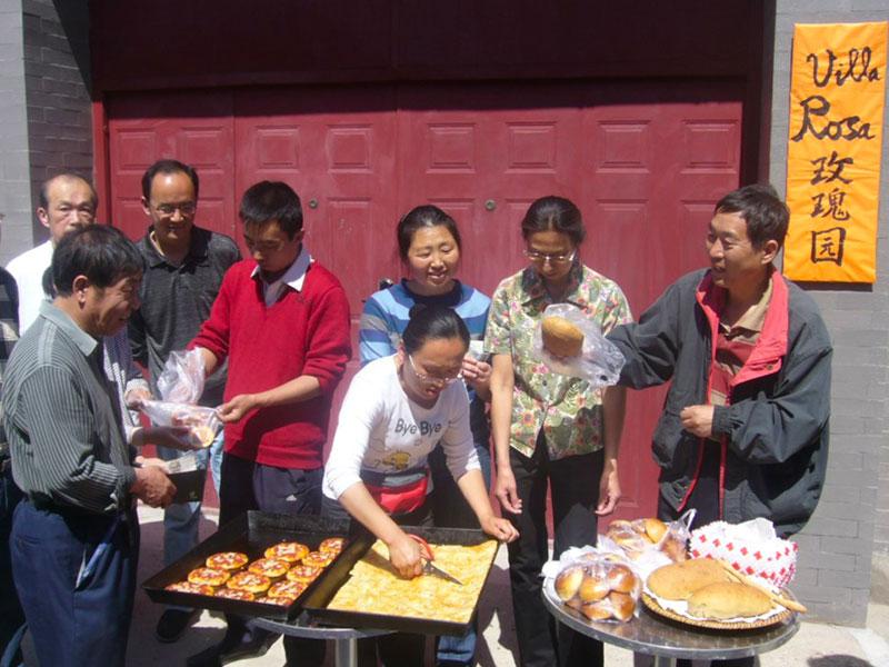 Persone che distribuiscono cibo nel progetto Mind