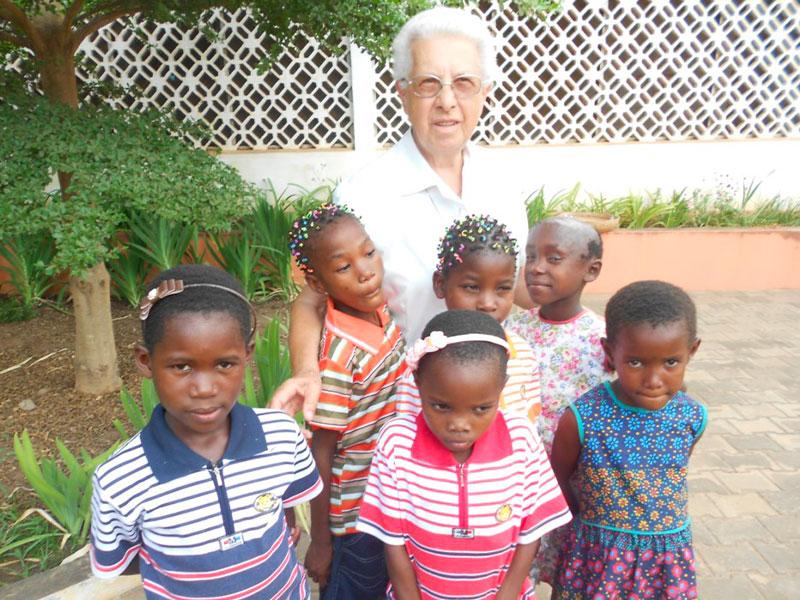 Bambine e volontaria AIFO riunite nel progetto a Nampula