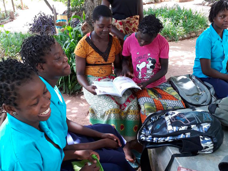 Ragazze che studiano del progetto a Nampula