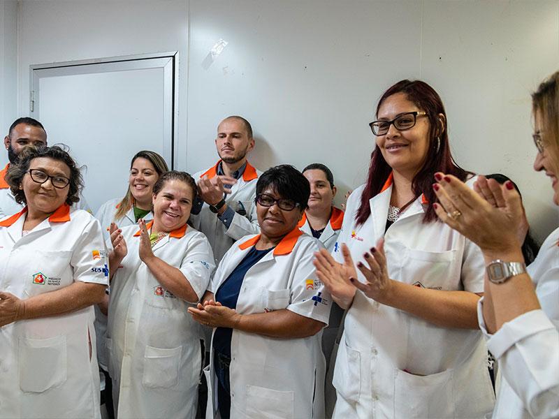 Foto medici e infermieri RERSUS che applaudono