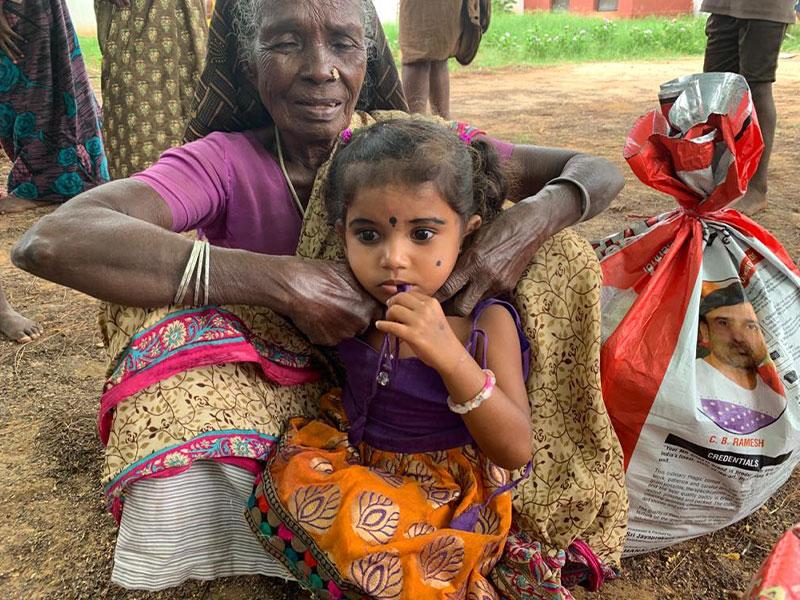 Anziana e bambina in India durante l'emergenza da Covid